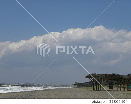稲毛海岸の砂浜と白い雲と青い空 31302494