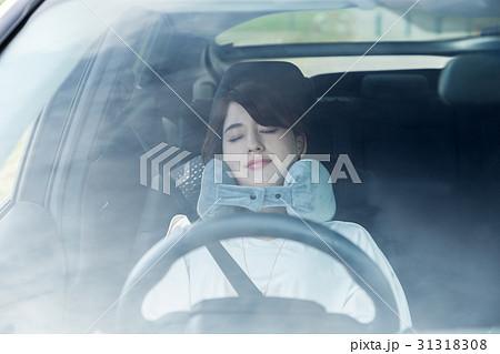 運転席で眠る女性 31318308