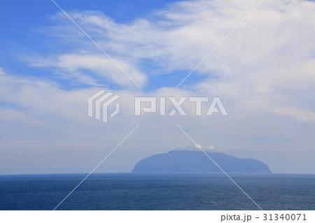 青空の下に浮かぶ御蔵島 31340071
