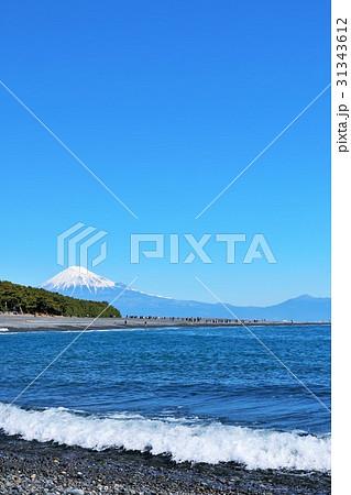 青空の富士山と海の風景 31343612
