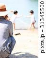 海で遊ぶ家族 31345500
