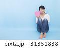 若い女性 カジュアル ブルー背景 31351838