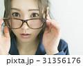 メガネをかけたパジャマの女性 31356176