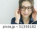メガネをかけたパジャマの女性 31356182