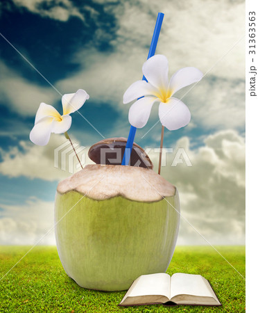 Drink coconut water and read a book の写真素材 [31363563] - PIXTA