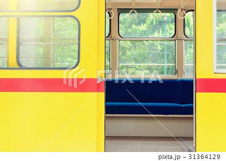 路面電車の開いたドア 31364129