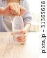 ペットボトルを開ける女性の手 31365668