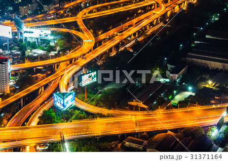 タイの首都バンコクの夜の高速道路 31371164