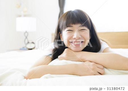 ベッドでリラックスする女性 リラックス  くつろぐ 横たわる  31380472