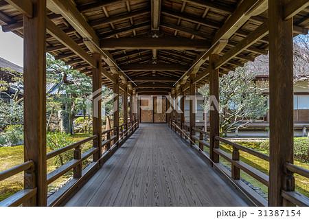 美しい寺院の回廊と庭園 31387154