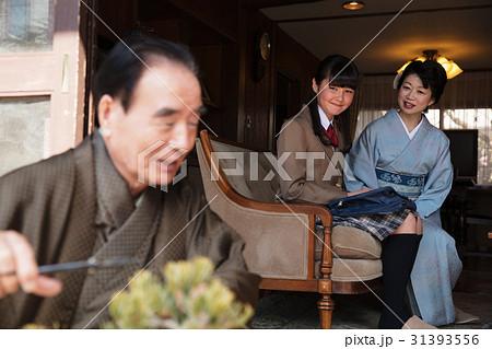 お金持ちの家族 盆栽の手入れ 31393556