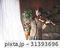 お金持ち バイオリンを弾く女学生 31393696