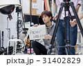 スタジオ 番組 撮影 指示を出すスタッフ 31402829