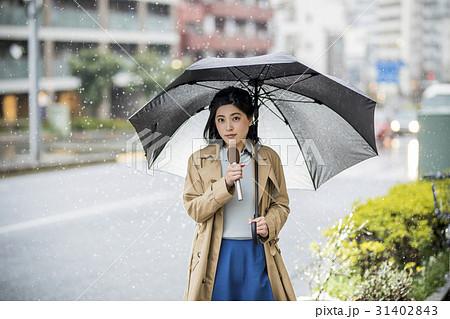 雨の降る街頭 中継 リポート 女子アナ 31402843