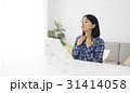 鏡を見ながら扁桃腺を確認する女性 31414058