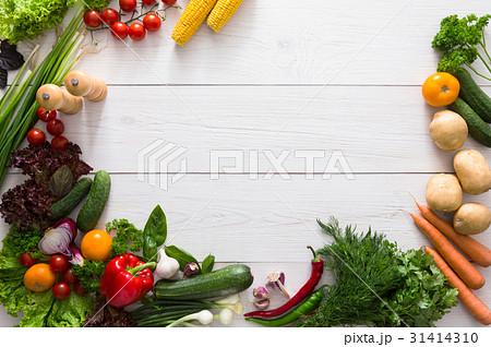 Border of fresh vegetables on white wood 31414310
