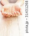 女性の手すくうポーズ 31431268