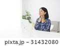 鏡を見ながら扁桃腺を確認する女性 31432080