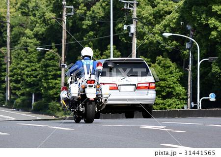 違反車両を追尾する警視庁第二交通機動隊の白バイ 31441565