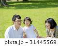 新緑の公園で遊ぶ3人家族 31445569
