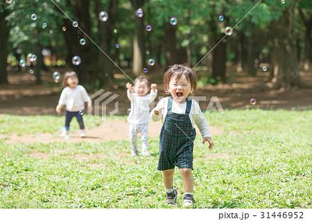 子供と公園 シャボン玉 31446952