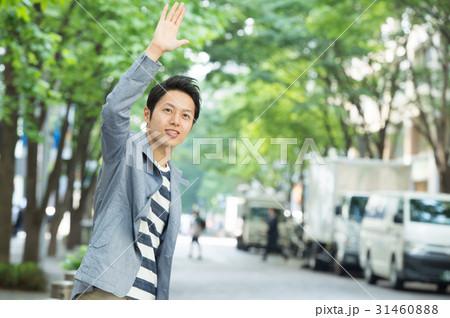 タクシーに手を上げる若い男性 31460888
