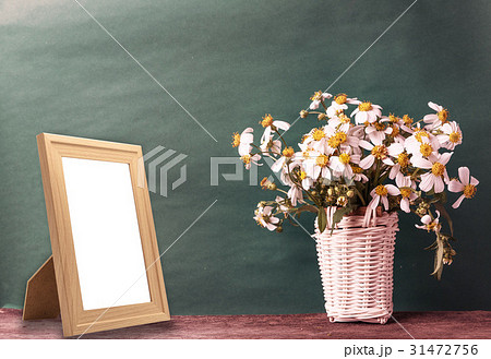 blank wooden frame mockup with basket の写真素材 [31472756] - PIXTA