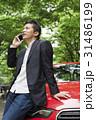 カジュアル ミドルビジネスマン 赤い車 31486199
