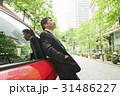 カジュアル ミドルビジネスマン 赤い車 31486227