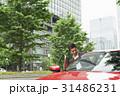 カジュアル ミドルビジネスマン 赤い車 31486231