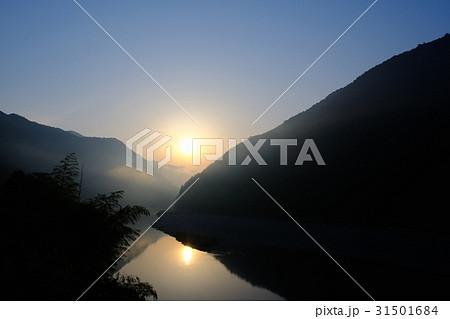 渓谷の夜明け 31501684