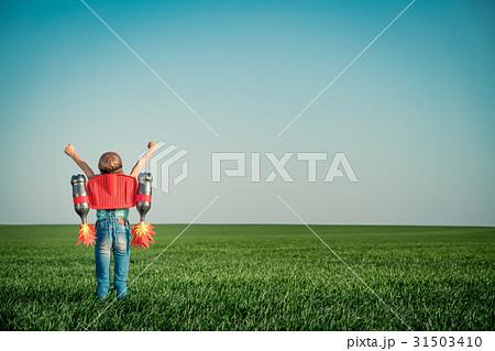 Happy kid having fun outdoor 31503410