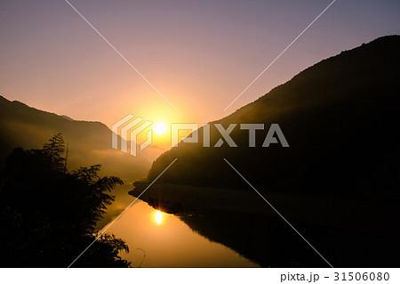 渓谷の夜明け 31506080
