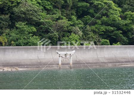 笠戸島深浦 堤防 海にある鳥居 31532446