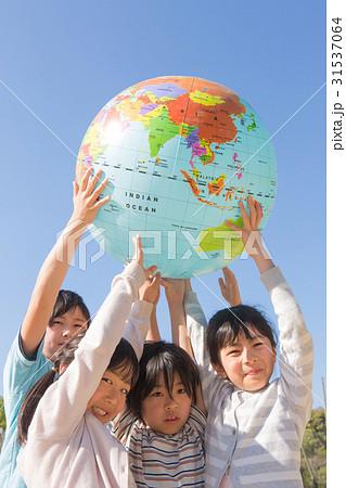 地球儀を持ち上げる小学生 31537064