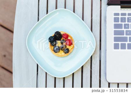Overhead view of laptop and dessertsの写真素材 [31553834] - PIXTA