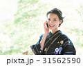 携帯電話を持つ浴衣の女性 31562590