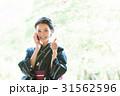 携帯電話を持つ浴衣の女性 31562596
