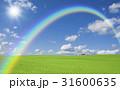 草原の赤い屋根の家と雲と虹と太陽 31600635