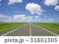 草原の直線道路と雲 31601305