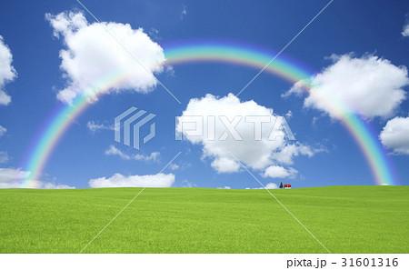 草原の赤い屋根の家と雲と虹 31601316