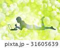 パソコンをする女性のシルエット 31605639