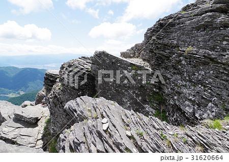 信州 美ヶ原高原に見られる板状節理(ばんじょうせつり) 溶岩の冷却時に生じた板状の岩石 31620664