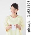 ポチ袋を持つ女性 31621396