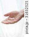 薬 手 内服薬の写真 31632525