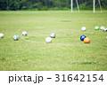 サッカーの練習 天然芝に転がるボール 31642154