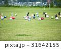 サッカーの練習 天然芝に転がるボール 31642155