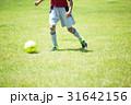 ジュニアサッカーの練習風景 ドリブルする少年 31642156