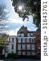 ロンドン郊外のレンガ造りのマンションと木の間からさす輝く太陽 31643761