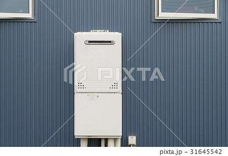 住宅 設備 給湯器 エコジョーズ 配管目隠し 化粧カバーあり 31645542
